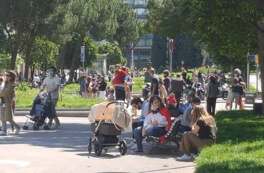 Polémica en España por el comportamiento de algunos padres en el primer día de salida de los niños