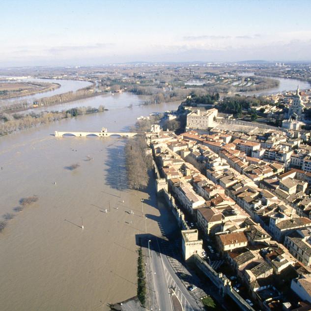 Vue aérienne du quartier de la Balance, de l'île de la Barthelasse inondée et du Rhône en crue