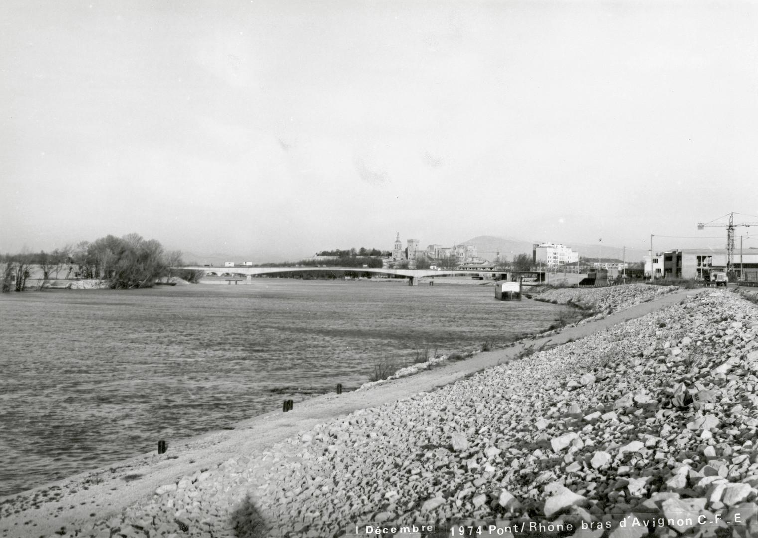 Vue sur le pont de l'Europe en construction et le Palais des papes depuis les berges du Rhône