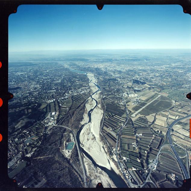 Vue aérienne du lit de la Durance en direction du Rhône et du centre-ville d'Avignon