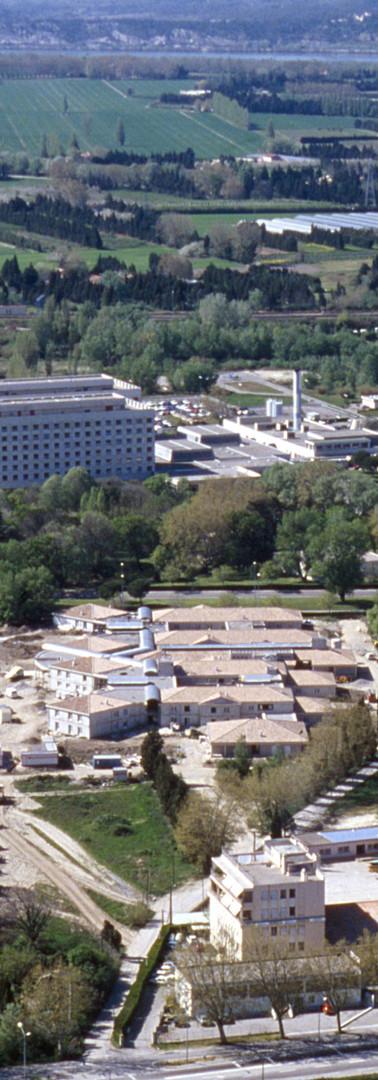 Vue aérienne de l'hôpital Henri-Duffaut et de la l'espace cultivé de la confluence