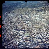 Vue aérienne des quartiers sud et est et du centre-ville d'Avignon, au second plan