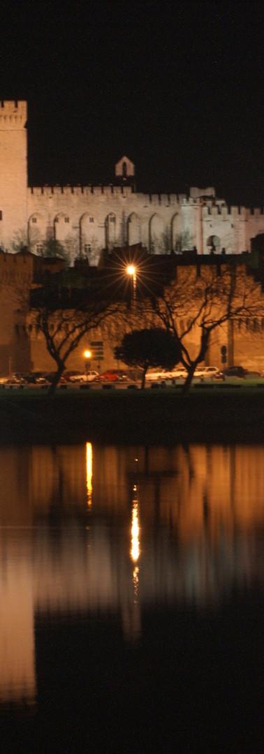 Vue nocturne de la ville depuis l'île de la Barthelasse