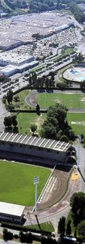 Vue aérienne du parc des sports de Saint-Chamand et de l'ensemble commercial Cap Sud, séparés par l'avenue Pierre-Sémard