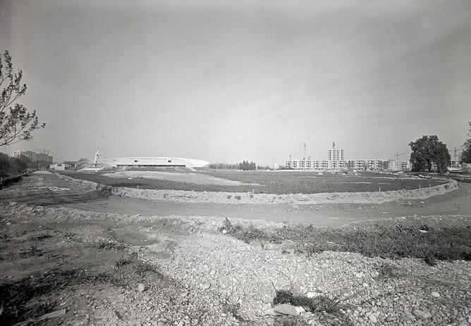 Piscine du parc des sports de la route de Marseille et immeubles de Saint-Chamand en construction