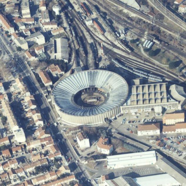 Détail de vue aérienne des quartiers sud et est et du centre-ville d'Avignon, au second plan