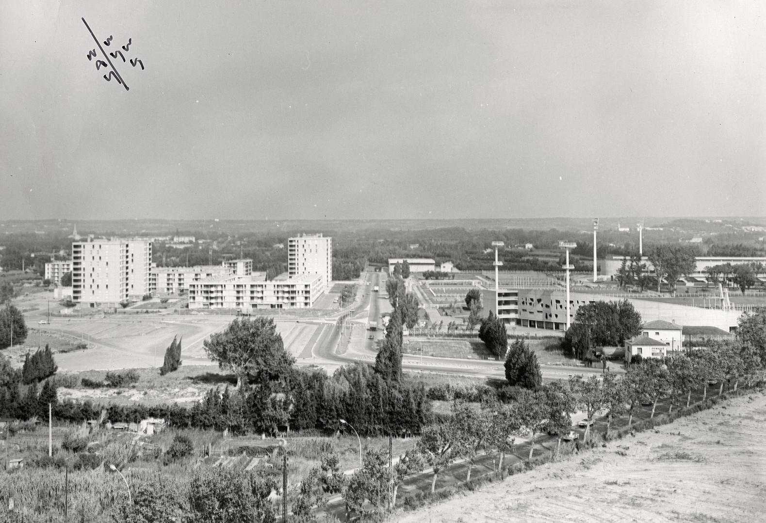 Quartier de Saint-Chamand et piscine du parc des sports, de part et d'autre de l'avenue Pierre-de-Co
