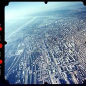Vue aérienne des quartiers sud d'Avignon et de la confluence de la Durance et du Rhône, au second pl
