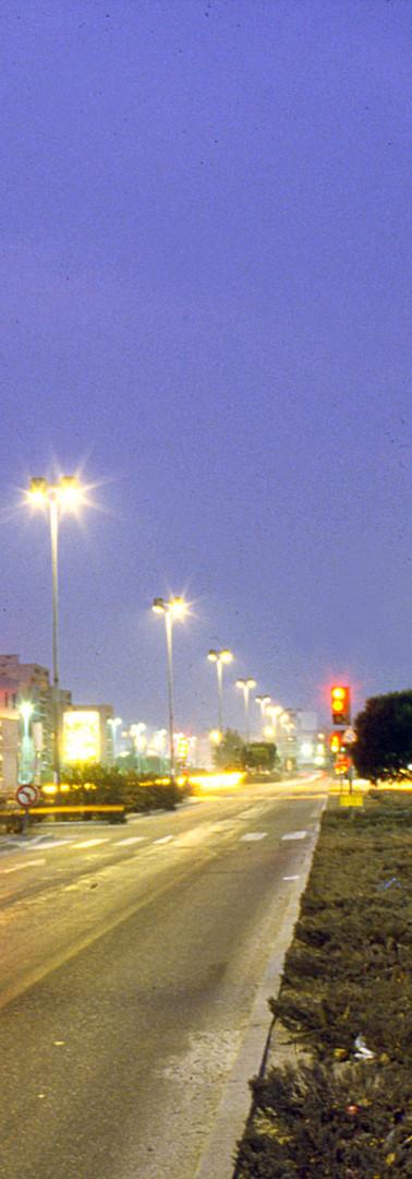 La rocade Charles-de-Gaulle de nuit, à la hauteur de la Bibliothèque Jean-Louis-Barrault, en direction de l'est