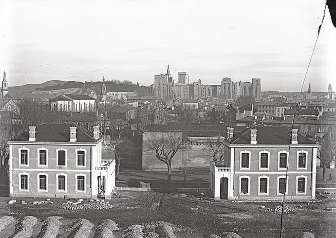 Pavillons de la caserne Chabran en cours d'achèvement et vue d'Avignon