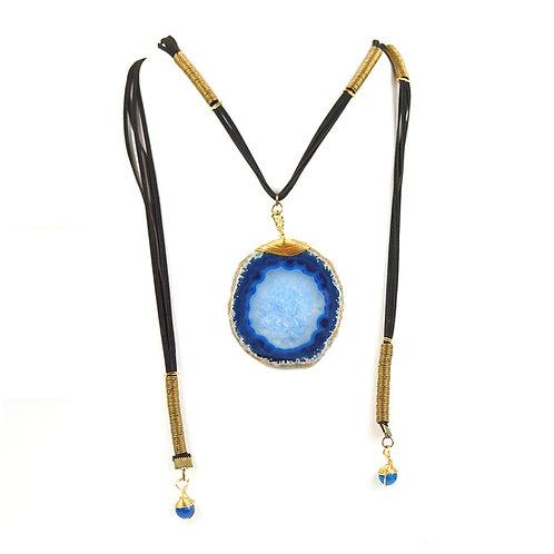 Collar de agata azul con correa de gamuza | Blue agate pendant with vegan suede strap