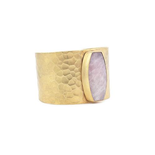 Brazalete de cuarzo rosa con chapa de oro | Gold plated rose quartz cuff bracelet