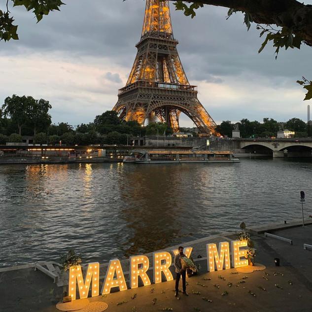 Demande en mariage lettres lumineuses géantes