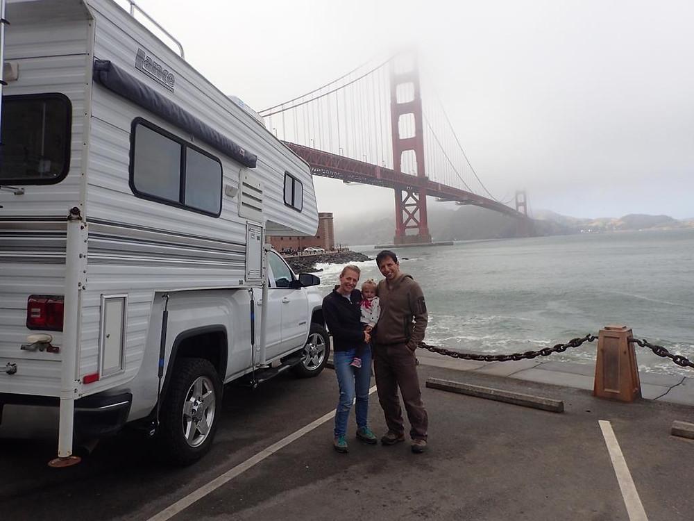 דנה מיק גן ובן זוגה על רקע הגשר של סן פרנסיסקו