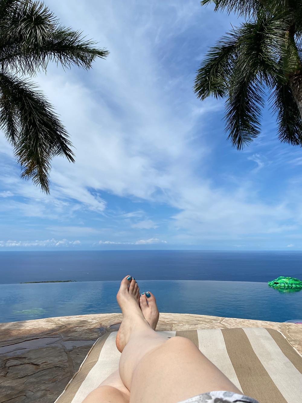 רגליים של אשה, ששוכבת על כסא נוח באי ביג איילנד בהוואי