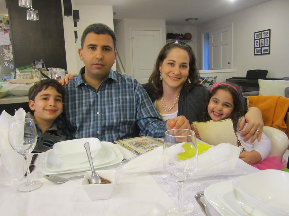 משפחה יושבת ליד שולחן ליל הסדר