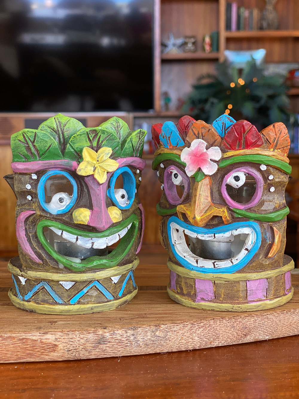 שתי דמויות הוואי על כוסות