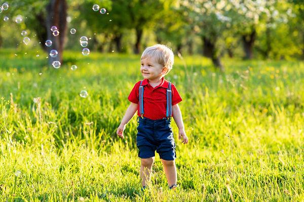enfant-garcon-s-amuse-jouer-dans-nature-