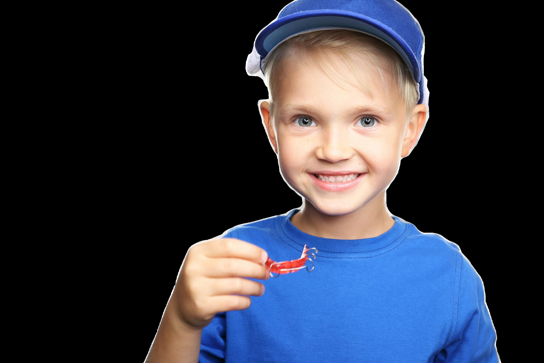 Junge mit roter Zahnspange