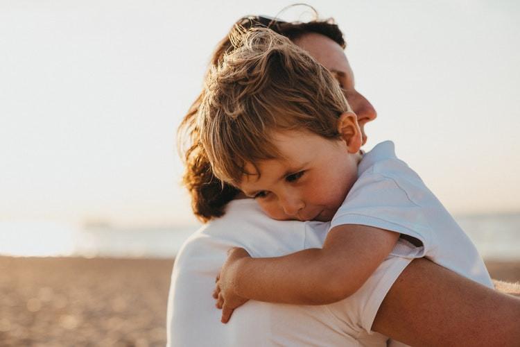 Mãe com filho no colo
