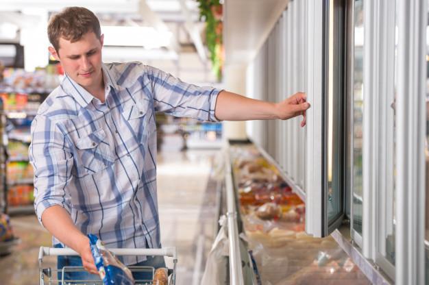 homem no supermercado, freezer