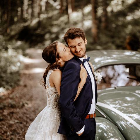 Hochzeitsfotograf Zentralschweizbrautpaartshooting im Wald mit Oldtimer