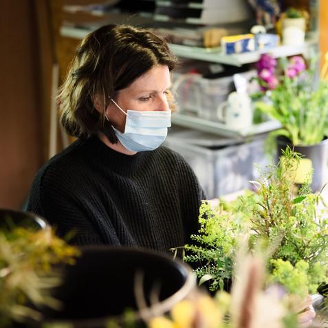 Mitarbeiter beim Arbeiten und Blumenbinden