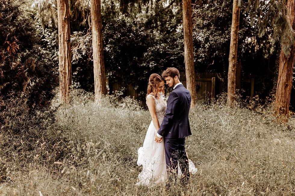 Brautpaar in hohem Gras-dyntar photography luzern-hochzeitsfotograf