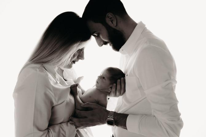 Familienfotoshooting im Fotostudio mit Newborn 8