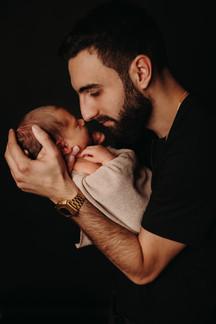 Familienfotoshooting im Fotostudio mit Newborn
