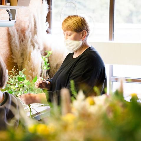 On location Businesshoot der Mitarbeiter beim Arbeiten und Blumen zusammenstellen