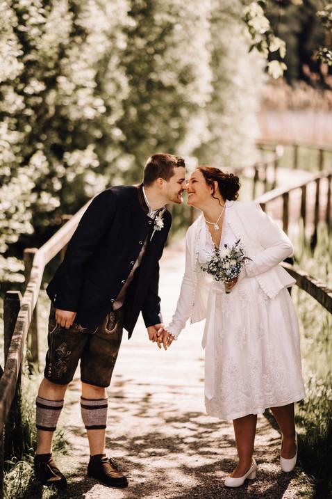 Hochzeitsfotograf Luzern-Zentralschweiz-ungestellt authentisch - Brautpaarkuss auf Holzbrücke