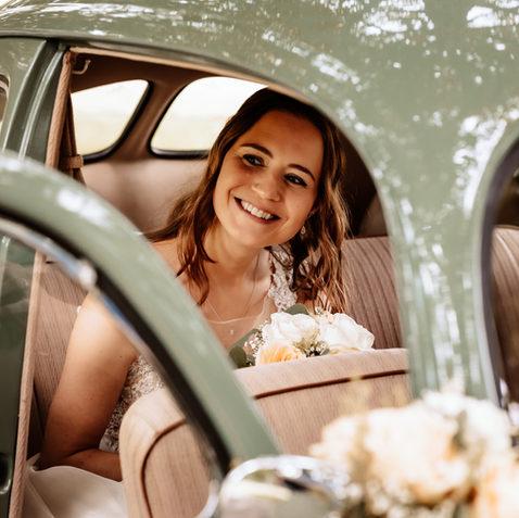 Braut im Oldtimer VW Käfer