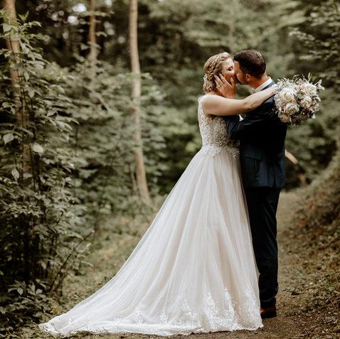 Brautpaarshooting im Wald-natürliche Brautpaarfotos 5.jpg