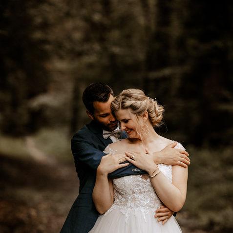 Brautpaarshooting im Wald-natürliche Brautpaarfotos.jpg