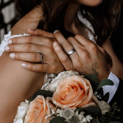 Trauringe mit Brautstrauss