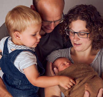 Familinefoto mit newborn-familienfotograf luzern