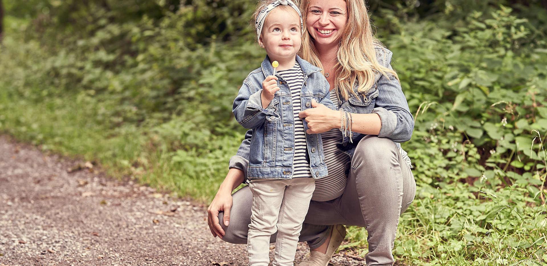 Familienfotograf Babybauch Fotoshooting Daniel Dyntar Luzern-Mutter und Tochter