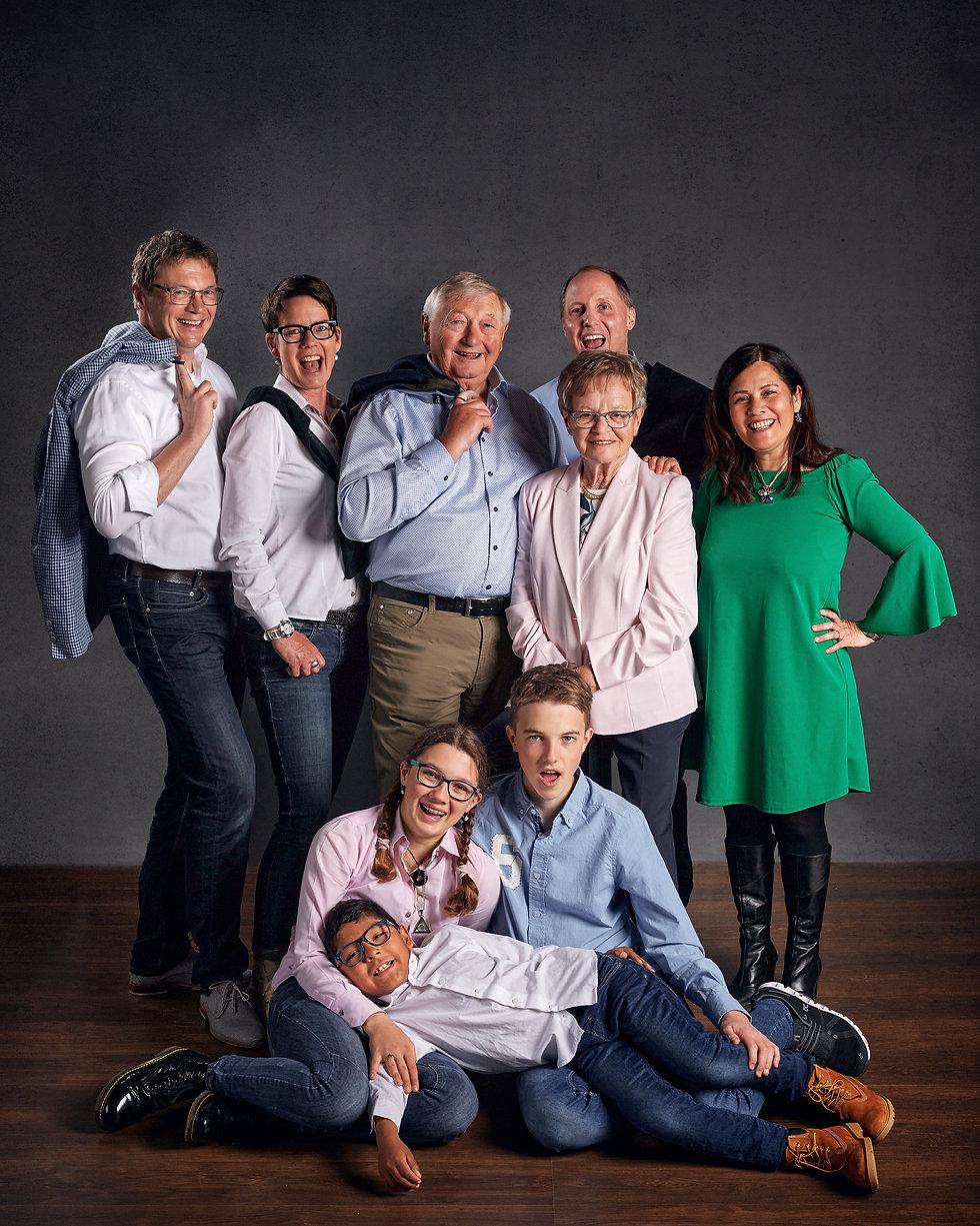 Familienfotoshooting mehrere Generatione-Mehrgeneratinen-Familienfotoshooting-Zentralschweiz-Kinder Eltern Grosseltern