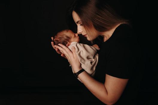 Familienfotoshooting im Fotostudio mit Newborn 3