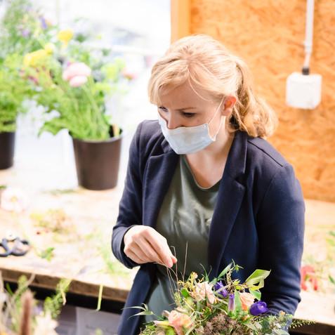 On location Businesshoot der Mitarbeiter beim Arbeiten und Blumenbinden