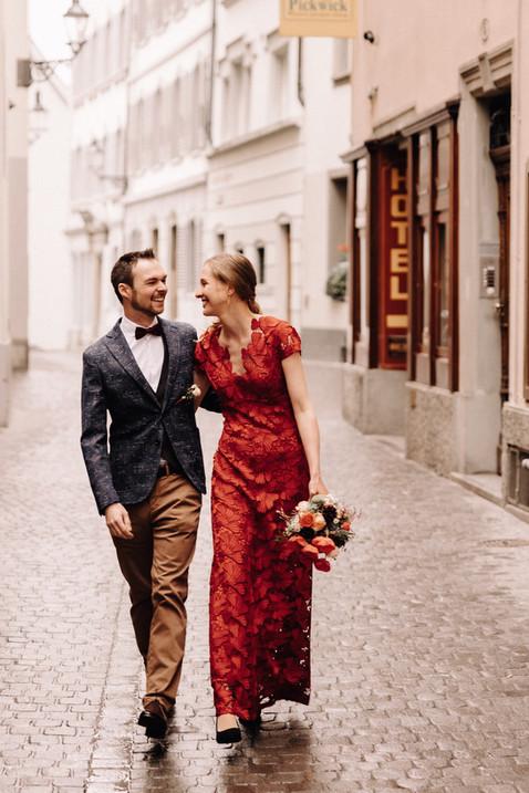 Brautpaarshooting in der Altsatdt von Luzern-Rotes Hochzeitskleid