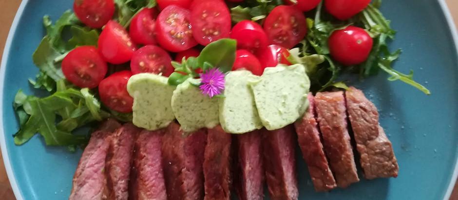 Rumpsteak mit Bärlauch Butter, Tomaten und Rucola