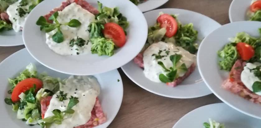Sülze mit Remouladensoße,  Bratkartoffeln und Salat