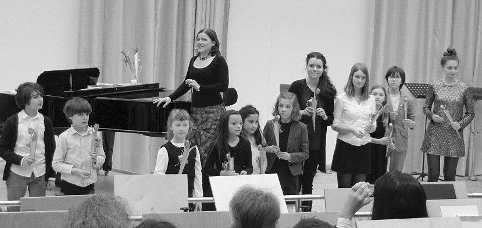 Beate Gartner und ihre Gesangsschüler bei einem Schülerkonzert in der Staatsoper München