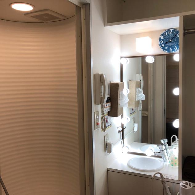 明るいシャワー室