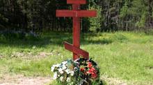 Могила православного христианина оформляется в соответствии с церковными канонами и наполнена символ