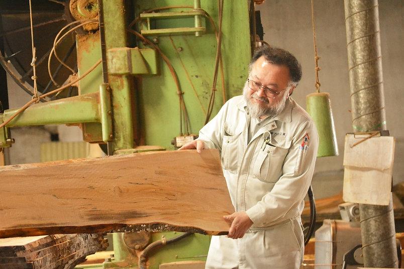 アイタ工業の製材工場で木を見極める社長