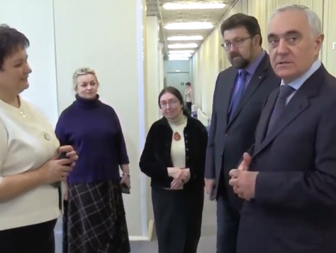 Заместитель полномочного представителя Президента России в ЦФО Мурат Зязиков посетил брянский художе