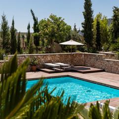 swimming-pool-3652690_1280.jpg